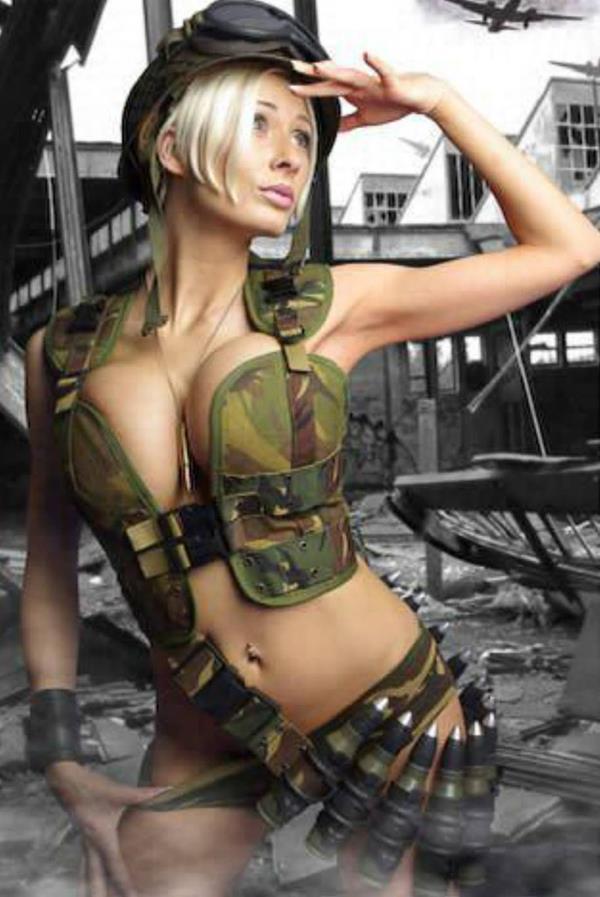 Голая блондинка в военной форме